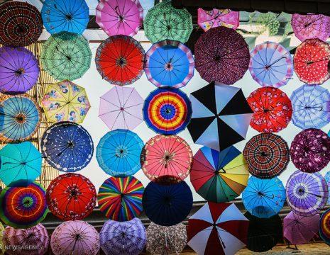 <h5>کوچه چترها</h5><br><div>یک مرکز خرید در شیراز که سقف آن با چترهای رنگارنگ تزئین شده ، به کوچه چترها معروف است. ... </div>